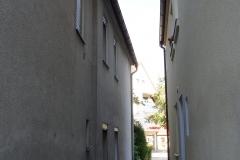 Gasse neben dem Haus